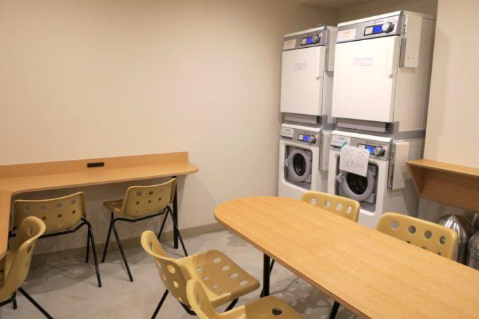 浅草のホステル「マスタードホテル浅草2(MUSTARD HOTEL ASAKUSA2)」コモンスペースの洗濯機と乾燥機