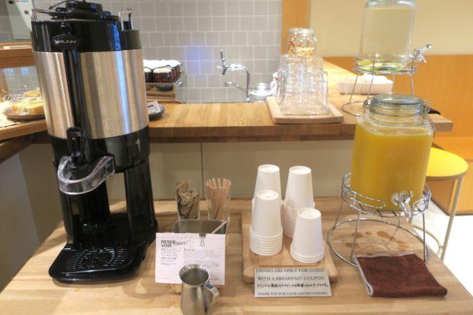 浅草のホステル「マスタードホテル浅草2(MUSTARD HOTEL ASAKUSA2)」朝食はドリンクもサービスでついている。
