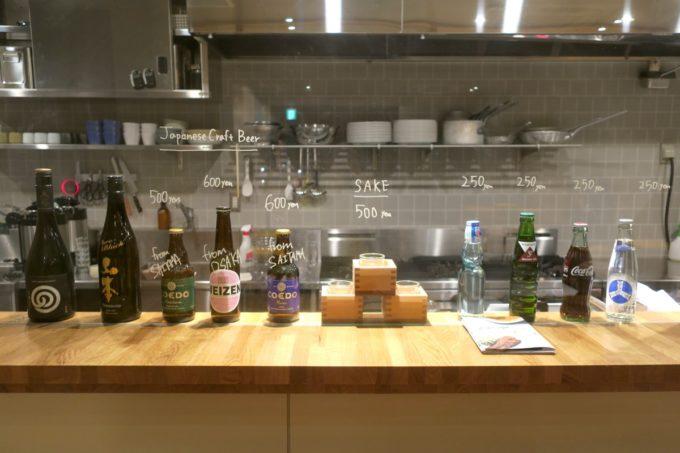 浅草のホステル「マスタードホテル浅草2(MUSTARD HOTEL ASAKUSA2)」1階のカフェバーは、夜にはクラフトビールもいただける。