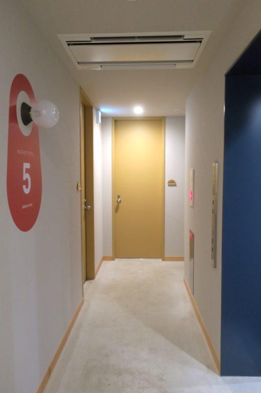 浅草のホステル「マスタードホテル浅草2(MUSTARD HOTEL ASAKUSA2)」個室フロアの廊下。