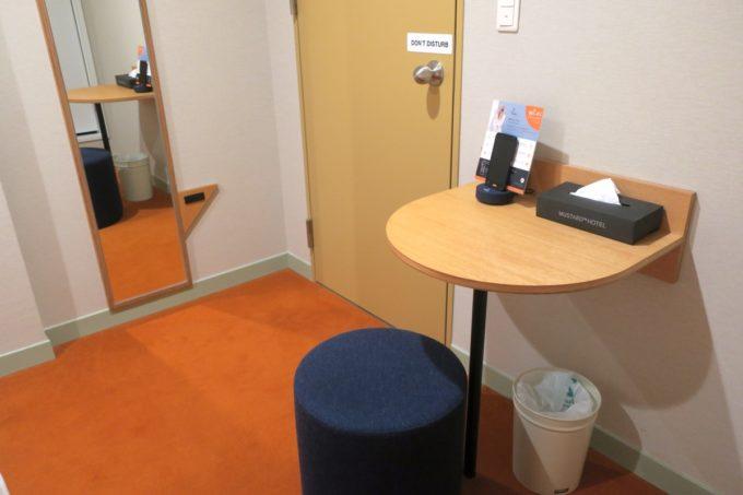 浅草のホステル「マスタードホテル浅草2(MUSTARD HOTEL ASAKUSA2)」ダブルルーム(個室)のテーブルや鏡。
