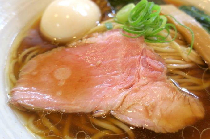 与那原「NAGISA okinawan ramen.(なぎさ おきなわ らーめん)」山原地鶏の醤油らーめん(750円)に乗っている低温調理のレアチャーシューがウマい。