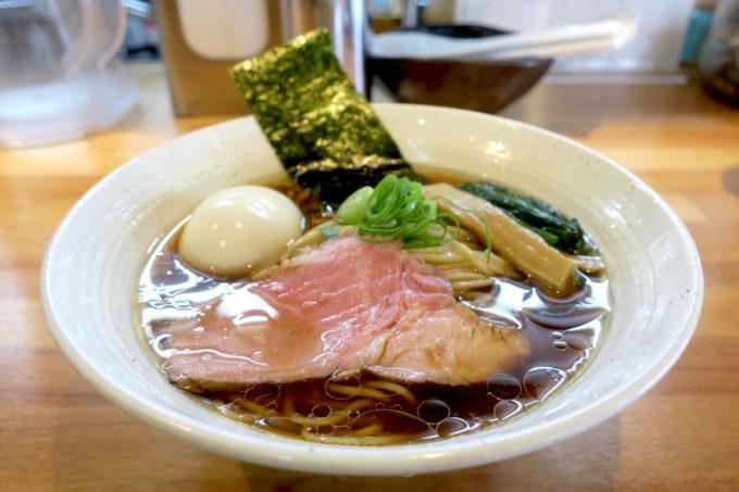 与那原「NAGISA okinawan ramen.(なぎさ おきなわ らーめん)」山原地鶏の醤油らーめん(750円)に半熟味玉(100円)をトッピング