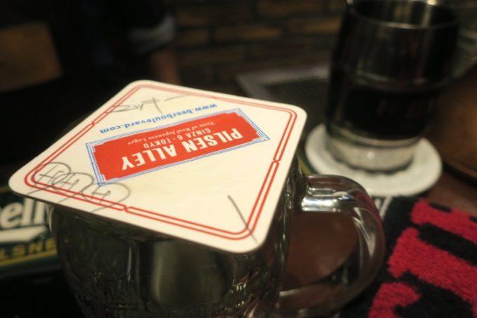 銀座「ピルゼンアレイ(PILSEN ALLEY)」飲めば飲むほどビールが出てくるので、最後はコースターでフタをしてお会計。