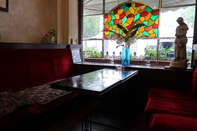 那覇・久茂地「珈琲屋 茶暮里(さぼうる)」のステンドガラスが印象的なテーブル席