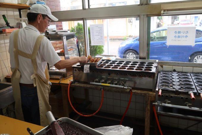 那覇・久米「千日」今川焼とタイ焼を店内で焼いている。