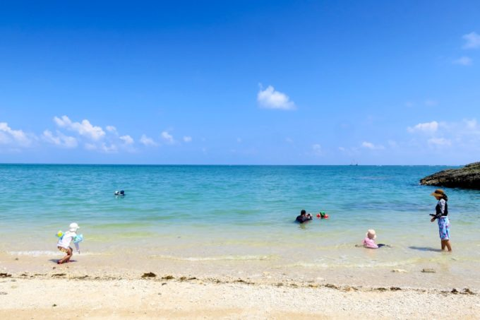 南城市の新原ビーチ(みーばるビーチ)は天然ビーチで遊びやすい。