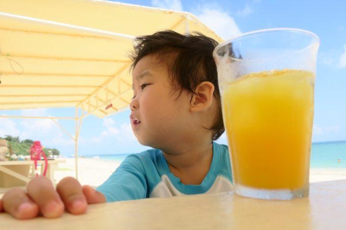 南城市「食堂かりか」でオレンジジュース(400円)を飲むお子サマー