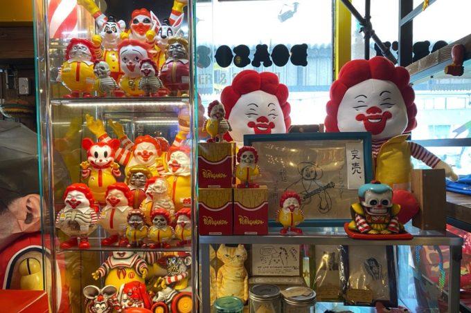 宜野湾「BOASORTE(ボアソルチ)」の店内(入り口付近に並ぶマクドナルドのドナルド風人形)