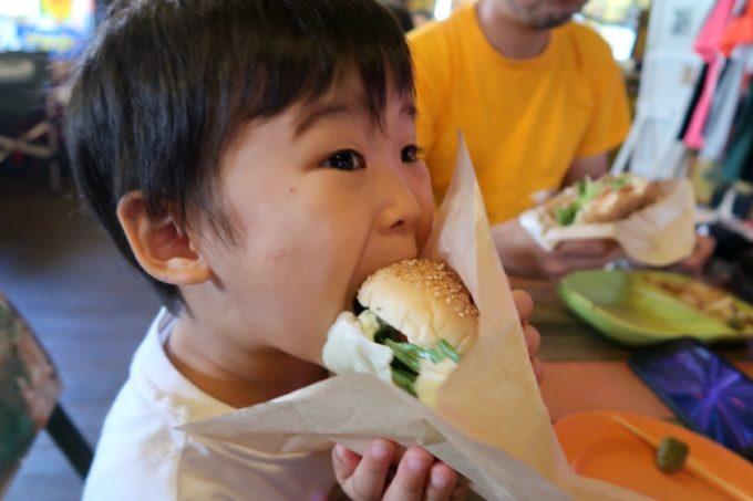 宜野湾「BOASORTE(ボアソルチ)」チーズバーガーにかぶりつくお子サマー
