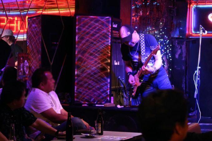 沖縄市「CLUB QUEEN」客席にアピールするPrizm(プリズム)のギター
