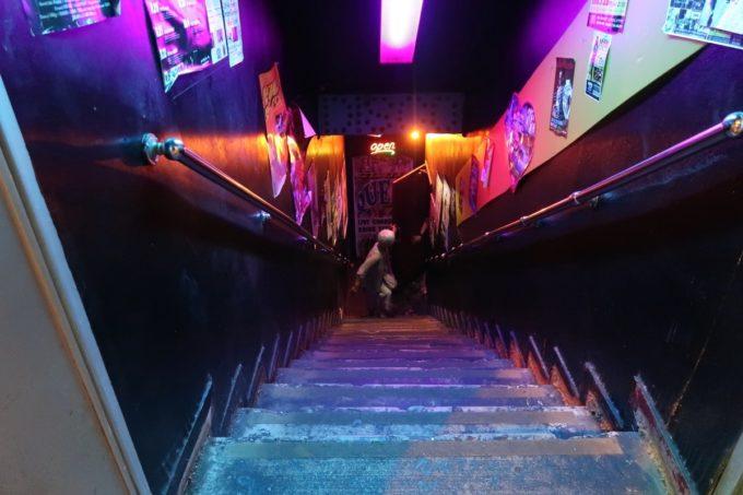 沖縄市「CLUB QUEEN」が楽しすぎて名残惜しそうな階段下のおかん。