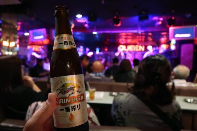 沖縄市「CLUB QUEEN」でビール(キリン一番搾り、500円)をいただく。