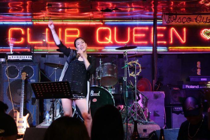 沖縄市「CLUB QUEEN」でシンディ・ローパーを歌い上げる女性。