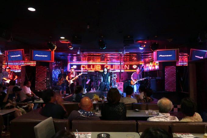 沖縄市「CLUB QUEEN」の客席の様子。