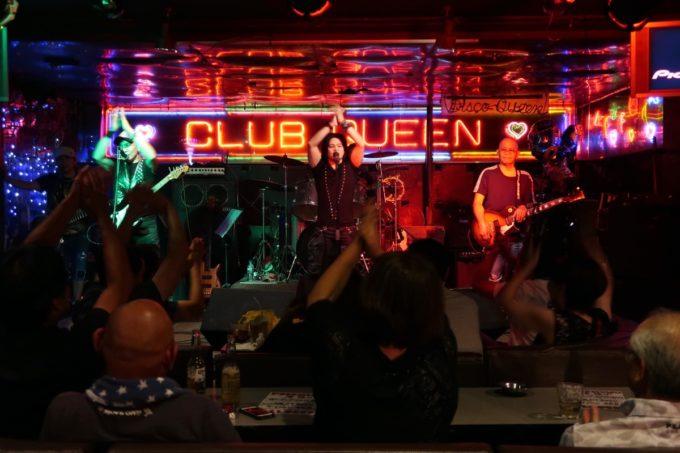 沖縄市「CLUB QUEEN」専属バンド・Prizm(プリズム)がRadio Ga Gaを歌い上げる。