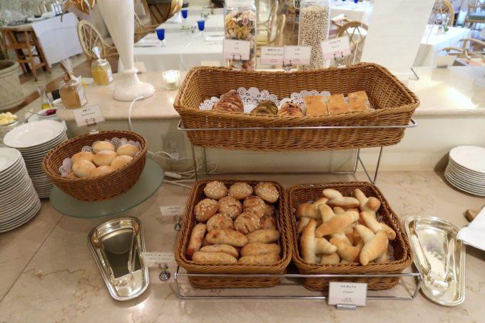 ザ・ナハテラスのレストラン「ファヌアン」平日ランチではパン類も充実している