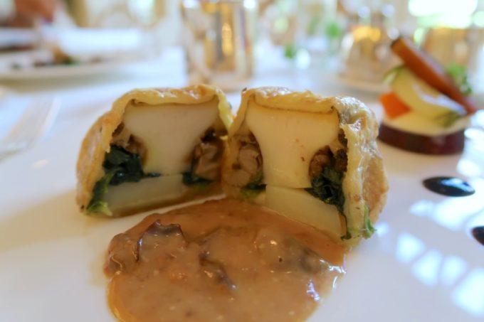 ザ・ナハテラスのレストラン「ファヌアン」ランチの選べるメインディッシュ、鮑とフォアグラのパイ包み焼き ソース プラム(限定10食)
