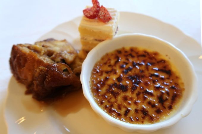 ザ・ナハテラスのレストラン「ファヌアン」ランチデザートのクリームブリュレやパンプディングなど。