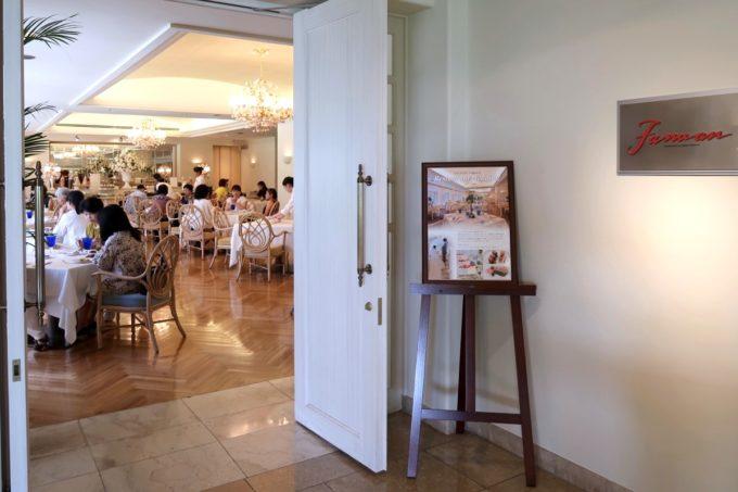 那覇・おもろまちのザ・ナハテラス2Fにあるレストラン「ファヌアン」の出入り口