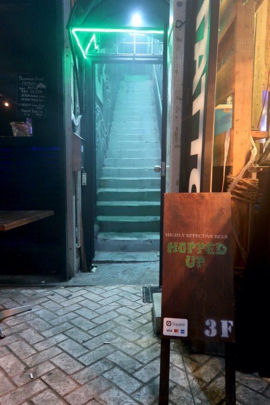 沖縄市の一番街にある「HOPPED UP」の入り口