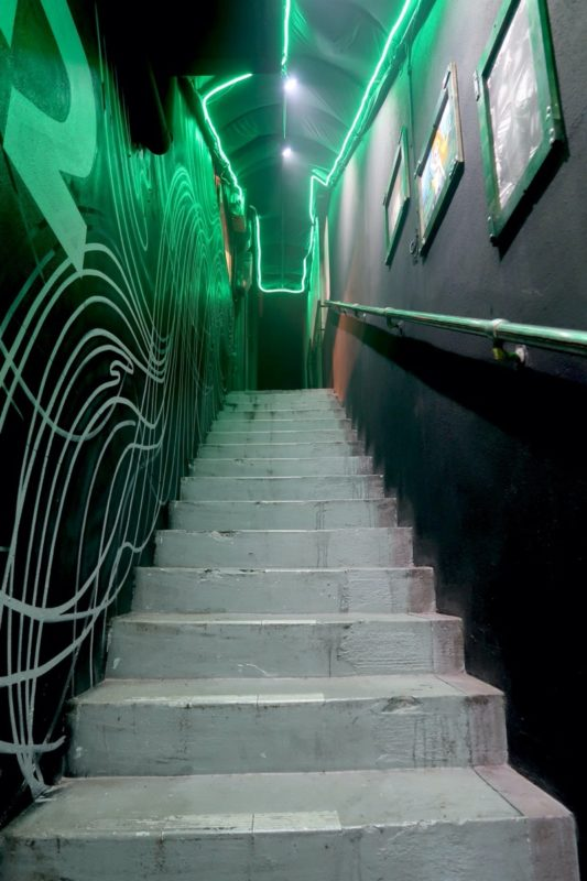 沖縄市にある酒屋「HOPPED UP」に向かう階段(その1)