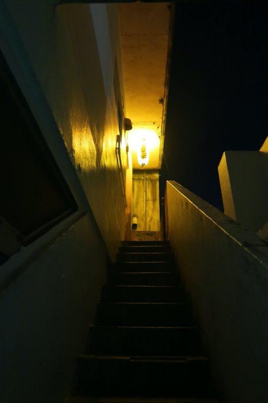 沖縄市にある酒屋「HOPPED UP」に向かう階段(その2)