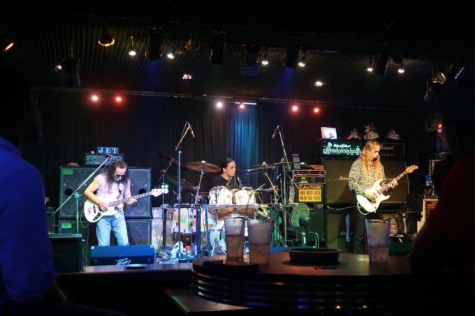沖縄市「Live Music Bar JET」の箱バンはスリーピース。