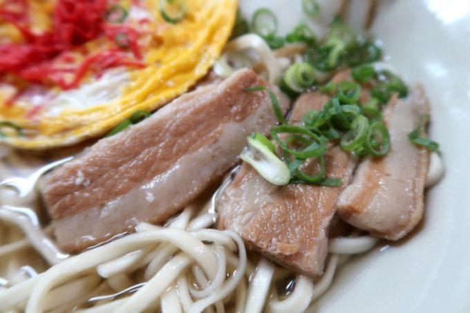 沖縄市泡瀬「米八そば」三枚肉は程よい食感と味付け。