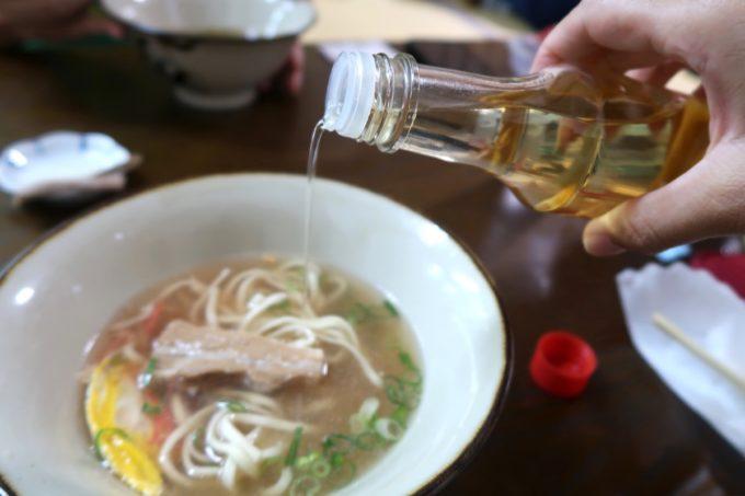 沖縄市泡瀬「米八そば」沖縄そばにコーレーグスをたらり。