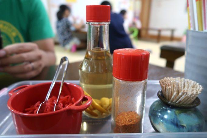 沖縄市泡瀬「米八そば」卓上調味料。