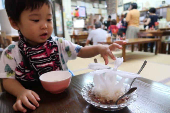 沖縄市泡瀬「米八そば」オスプレイをイメージしたアートなぜんざいを触るお子サマー