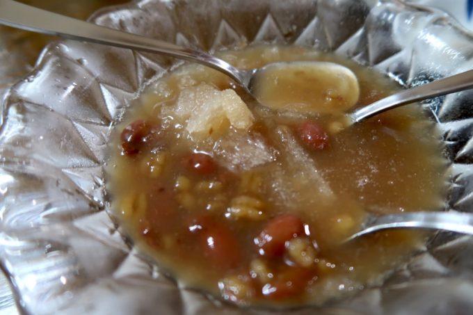 沖縄市泡瀬「米八そば」ぜんざいには白玉、豆、押し麦などが入っていた。