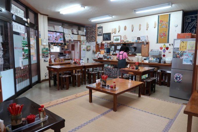沖縄市泡瀬「米八そば」の店内