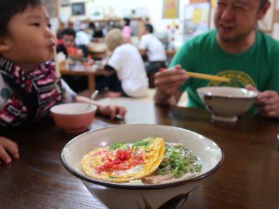 沖縄市泡瀬「米八そば」でご飯を食べながら幸せそうな風景。