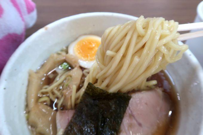 「ラブメン 読谷ゆんた市場店」お子様ラーメン(350円)の麺を箸上げ。