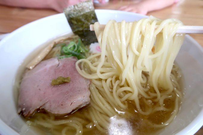 「ラブメン 読谷ゆんた市場店」塩煮干しソバ(700円くらい)の麺を箸上げ。