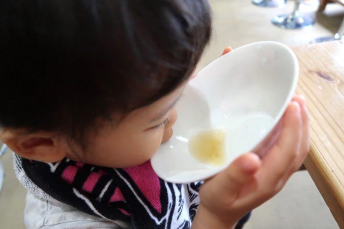 「ラブメン 読谷ゆんた市場店」お子様ラーメンのスープを飲み干すお子サマー。
