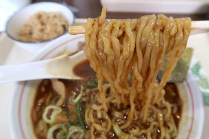 「ラブメン 読谷ゆんた市場店」カレー中華そば(700円)の中太麺は縮れ系で柔らかめの茹で上がり