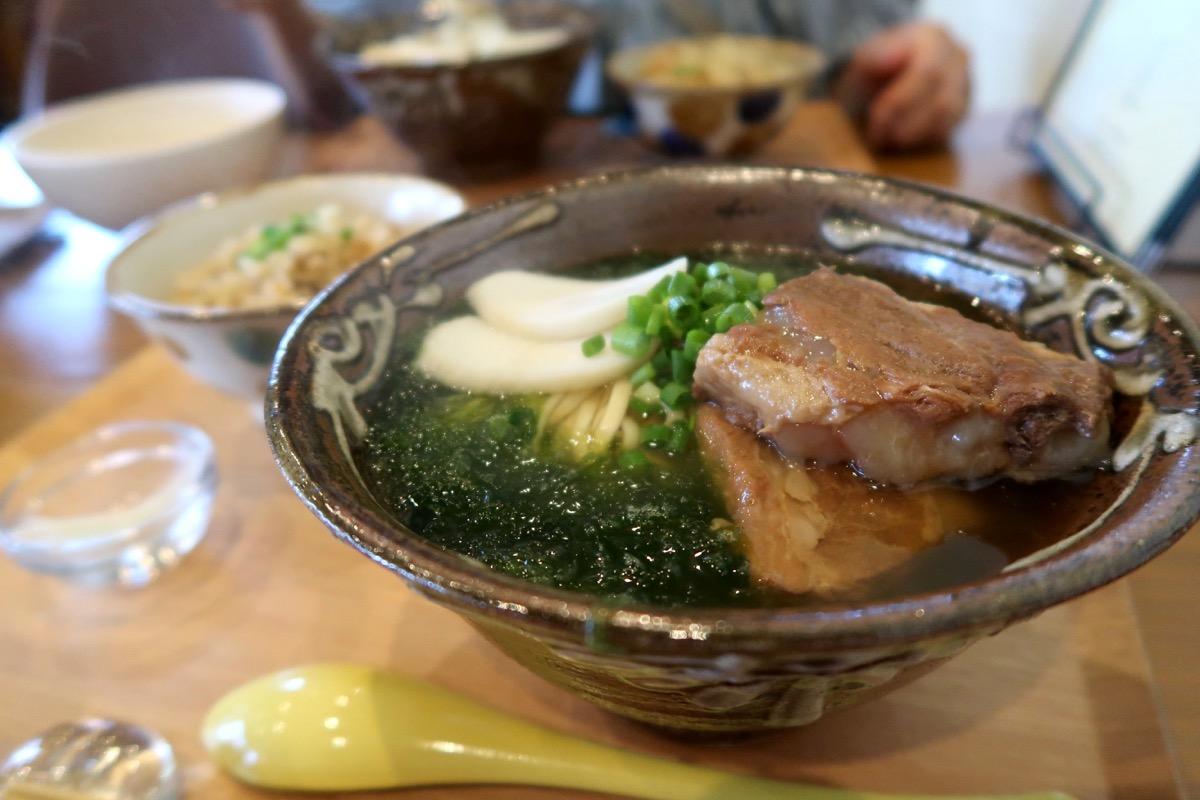 読谷「まいにち食堂」軟骨・アーサそばセット(1040円)