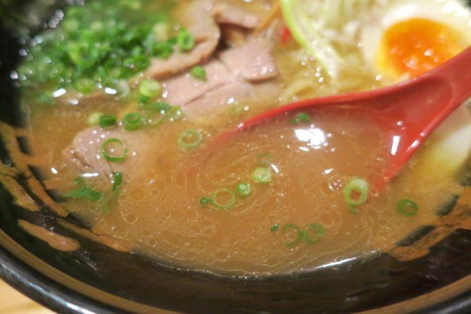 那覇・松山「麺場神徳」醤油鶏麺(730円)のスープ
