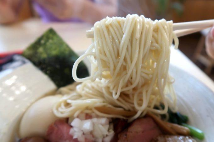 与那原「NAGISA okinawan ramen.(なぎさ おきなわ らーめん)」特製煮干しらーめん(1000円)のあっさりとしたストレート細麺