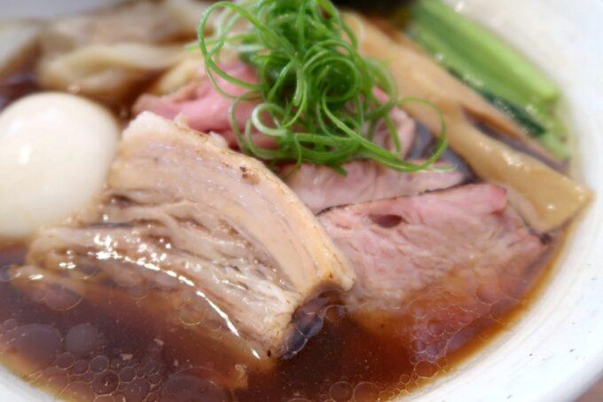 与那原「NAGISA okinawan ramen.(なぎさ おきなわ らーめん)」上特製醤油らーめんのチャーシュー3枚