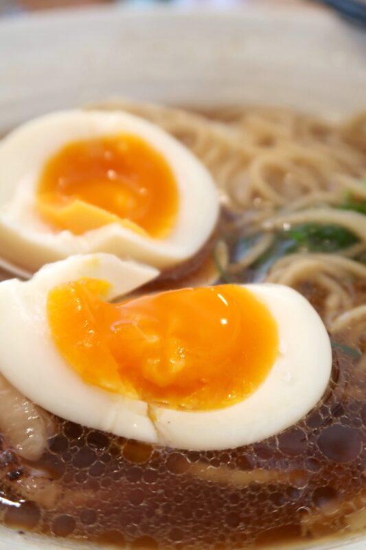 与那原「NAGISA okinawan ramen.(なぎさ おきなわ らーめん)」上特製醤油らーめんの味玉は黄身がとろんとしていた