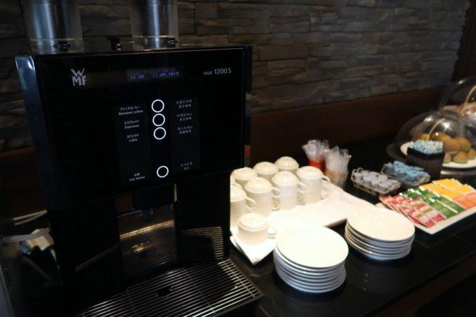 沖縄かりゆしビーチリゾート・オーシャンスパのJTBラウンジにはコーヒーメーカーがある。