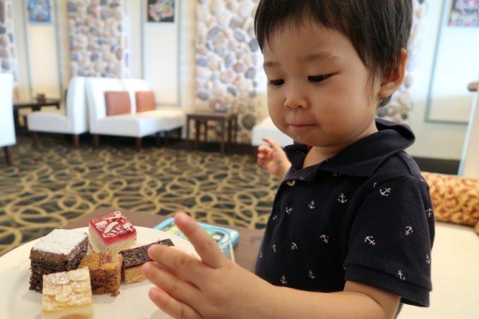 沖縄かりゆしビーチリゾート・オーシャンスパのJTBラウンジでクッキーを食べるお子サマー