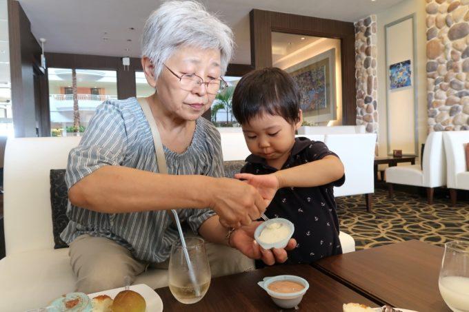 沖縄かりゆしビーチリゾート・オーシャンスパのJTBラウンジでアイスを食べるおかんとお子サマー。