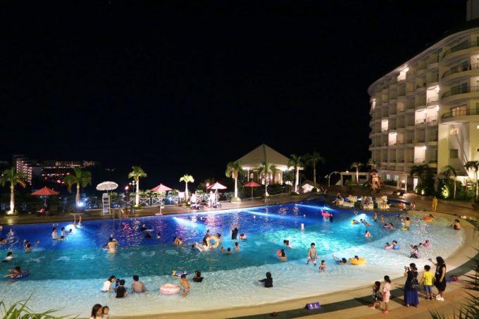 沖縄かりゆしビーチリゾート・オーシャンスパの夜のガーデンプールの様子