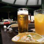 沖縄かりゆしビーチリゾート・オーシャンスパ1階「サンセットテラス(季節営業)」のオリオンビール(750円)とオレンジジュース(550円)