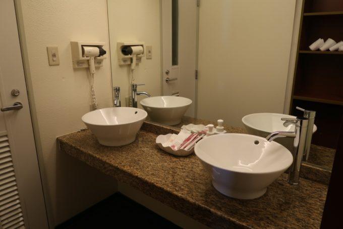 沖縄かりゆしビーチリゾート・オーシャンスパのウィングタワーにあるフォースルーム(オーシャンビュー)の洗面台は2つ。